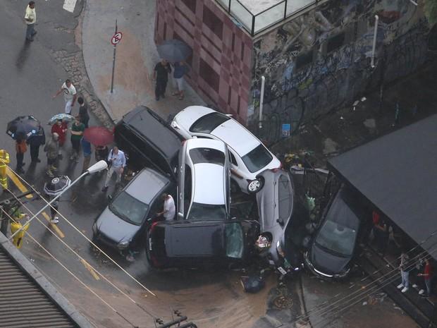 Carros ficam empilhados na rua Harmonia (Reprodução/TV Globo)