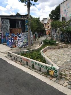 Jardim bloqueia entrada de carros no Beco