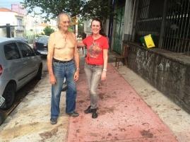 Bruno e a filha (as manchas na calçada são de caquis caídos