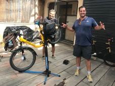 Marcelo (esq), da Torrones Bikes e Tito Bertolucci, da galeria Alma da Rua - ambas no Beco