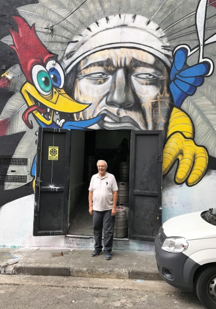 Milton, na porta dos fundos do bar São Conrado, do qual é sócio